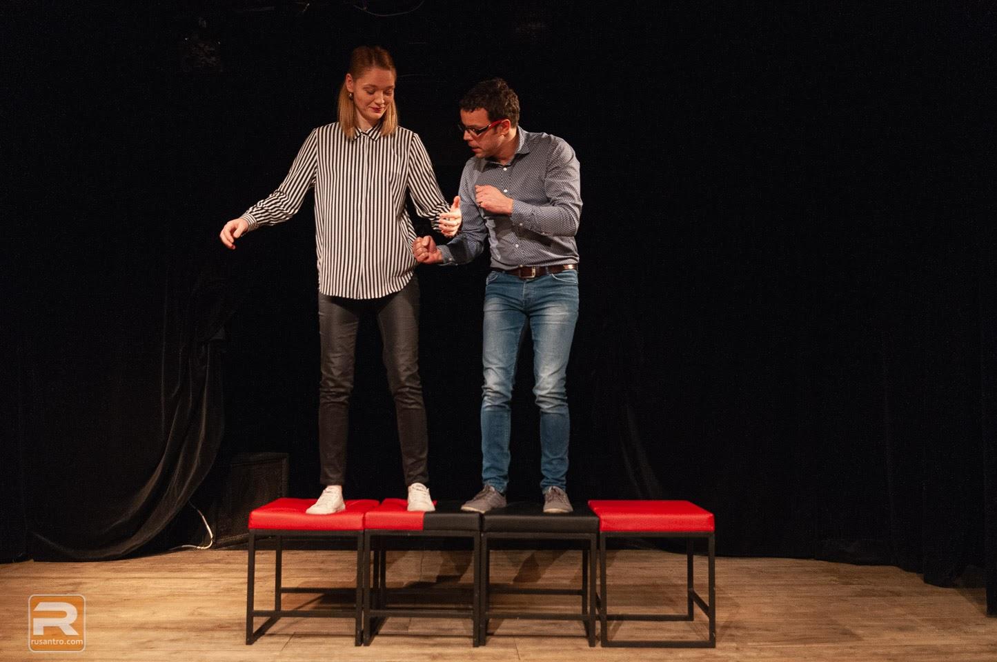 Improvizatori stāv uz krēsliem