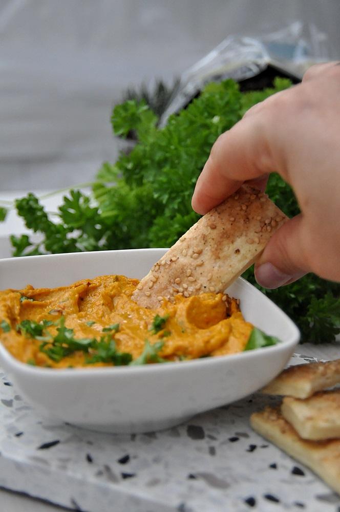 Smillas Wohngefuehl Kuerbis Hummus mit selbst gebackenen Sesam Crackern