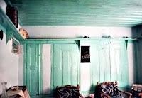 Ahşap bir evin oturma odası duvarlarında gömülü olan raf ve dolaplar