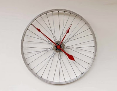 El ring de una bicicleta convertido en asombroso mega reloj de pared.