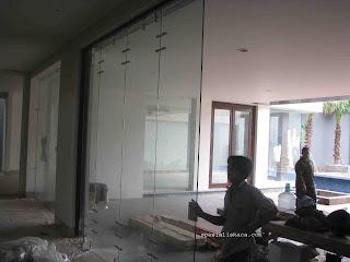 sky service : jasa pembersih kaca gedung