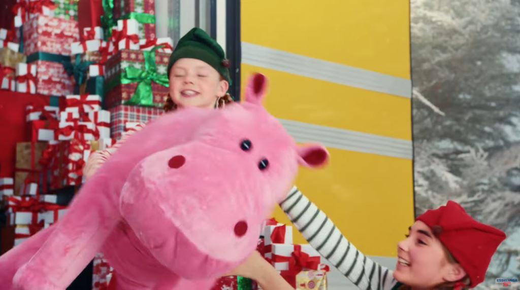 Pubblicità Esselunga con Babbo Natale che guida camion e bambini che caricano i pacchi