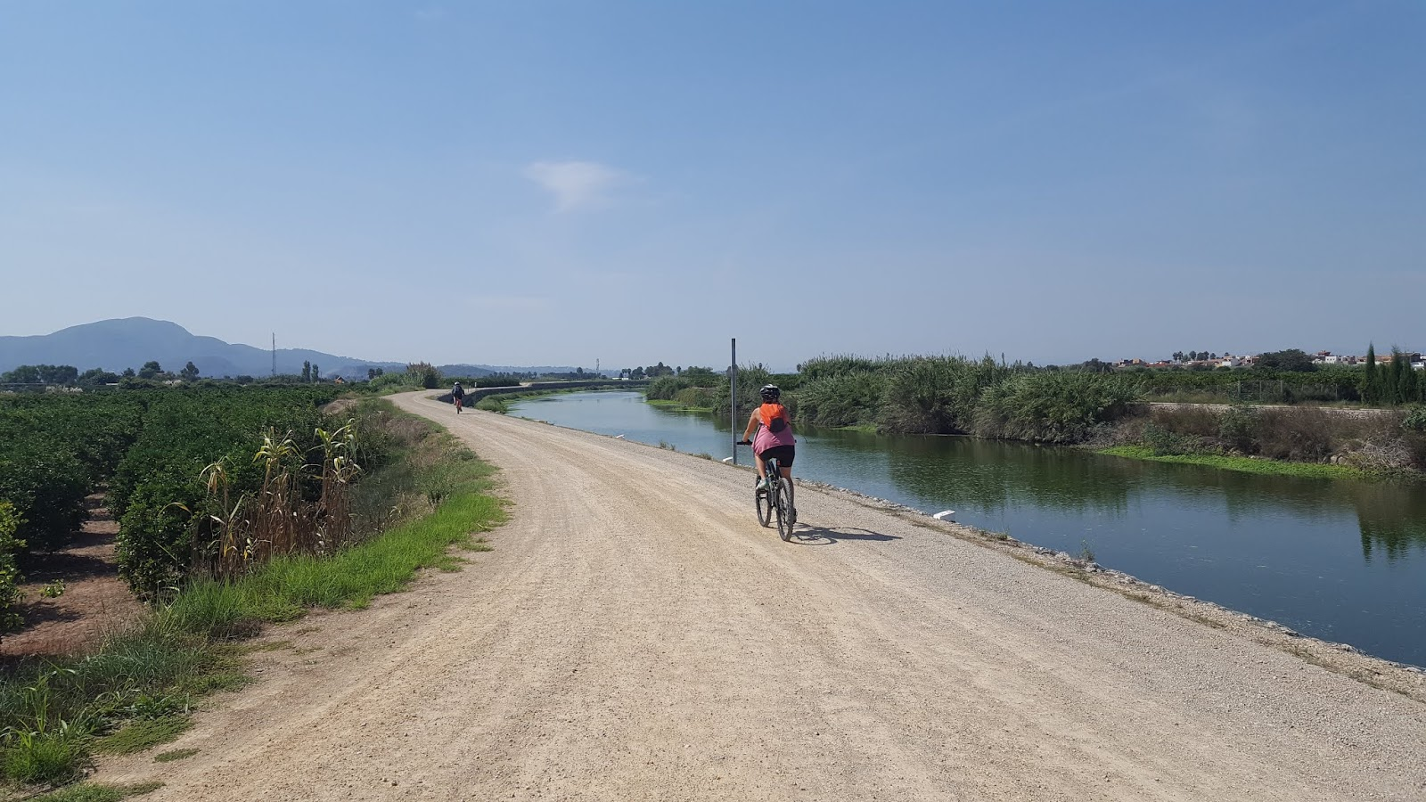 La mota running along the south bank of the River Júcar
