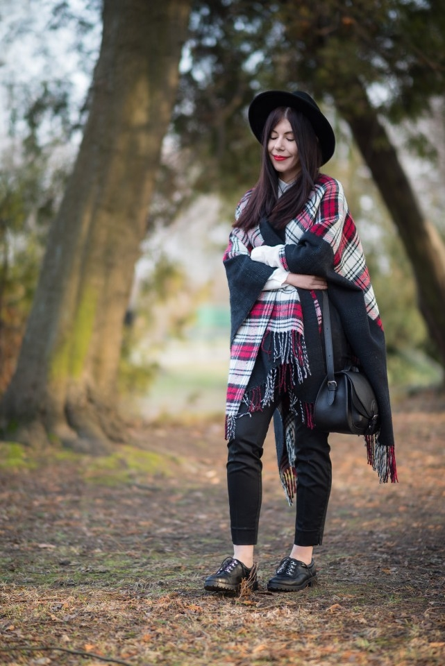 Ponczo w kratę | biała koszula | blogerka | kapelusz | stylizacja boho | frędzle