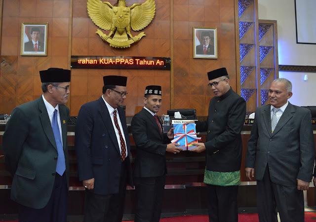 Plt Gubernur Aceh, Nova Iriansyah menghadiri Rapat Paripurna DPR Aceh dalam Rangka Penyerahan KUA-PPAS TA 2019 dan Rapat Paripurna Khusus DPR Aceh dalam Rangka Penyampaian Rancangan Qanun Aceh Tahun 2018 di Gedung Utama DPR Aceh, Senin 06-08-2018.