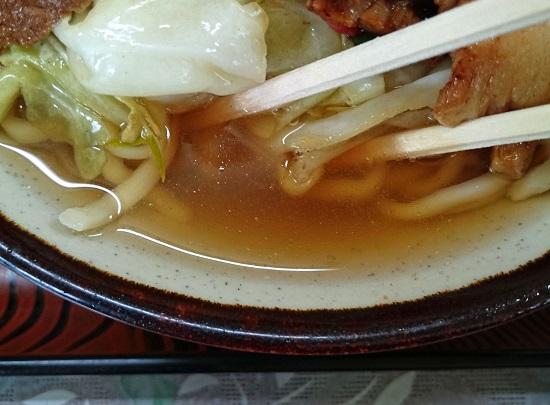 肉そばのスープの写真