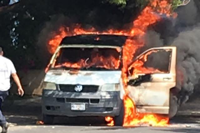VIDEOS; Vehículos incendiados, carreteras bloqueadas tras intensas balaceras en Michoacán