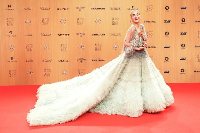 Már nem az Adidas arca Rita Ora, aki három év után válik meg a világ egyik legnagyobb sportszergyártó cégétől. Ez azonban nem jelenti azt, hogy az albán származású brit popsztár kiszállna a divat világából: saját márkát hoz létre, amelynek arcaként új horizontokat kíván meghódítani, és persze szeretne vagyonokat keresni. Az együttműködés azért részben megmarad az Adidasszal, de a hangsúly már az önálló fejlődésre helyeződik.