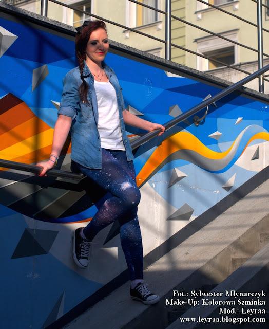 5.03.2017 Legginsy galaxy granatowe, jeansowa koszula, biała koszulka, czarne trampki, opaska czarna z kokardką, sesja wejście do dworca PKP Kielce