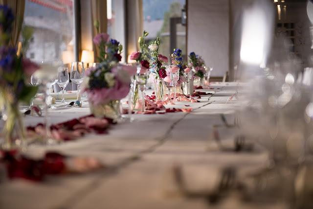 Festtafel im Seehaus, Herbsthochzeit, Finnland, weddings abroad, heiraten in Garmisch-Partenkirchen, Hochzeitshotel Riessersee Hotel, Bayern, Bavaria, moutain wedding, Oktober, Pastellfarben, Seehaus, Beste Aussichten, Hochzeitsplanerin Uschi Glas wedding planner, Fotografie Max Merget