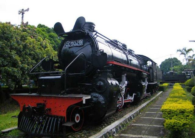 Wisata Tengah Kota dengan Kereta Tua Khas Solo