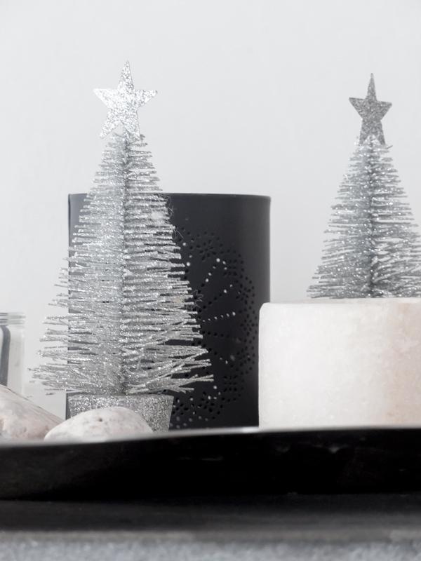 joulu,jouluinen asetelma, asetelma, joulukoristeet, hopeinen kuusi, tuikut