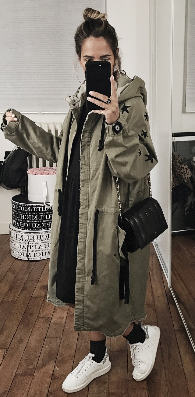 streets style addcit / long parka + black dress + bag + sneakers