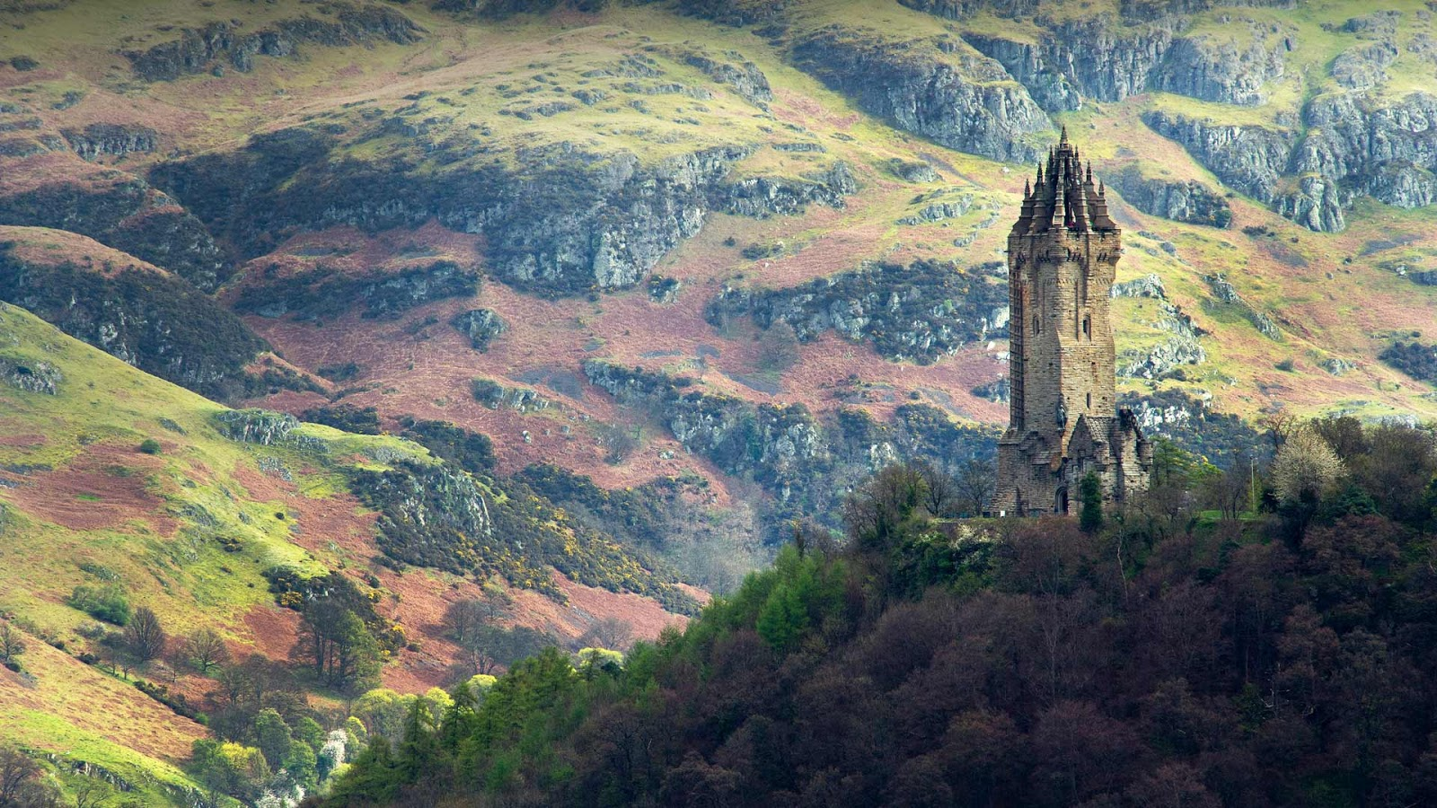 The National Wallace Monument, overlooking Stirling, Scotland © Elena Korchenko/age fotostock
