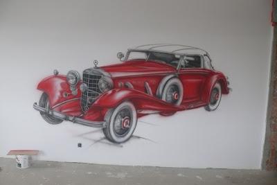 Malowanie samochodu na ścianie w pokoju młodzieżowym, ciekawy pomysł na zagospodarowanie ściany w pokoju chłopca