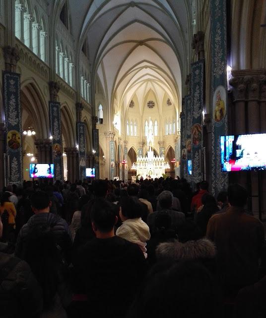キリスト教会の祭壇を見渡す内部