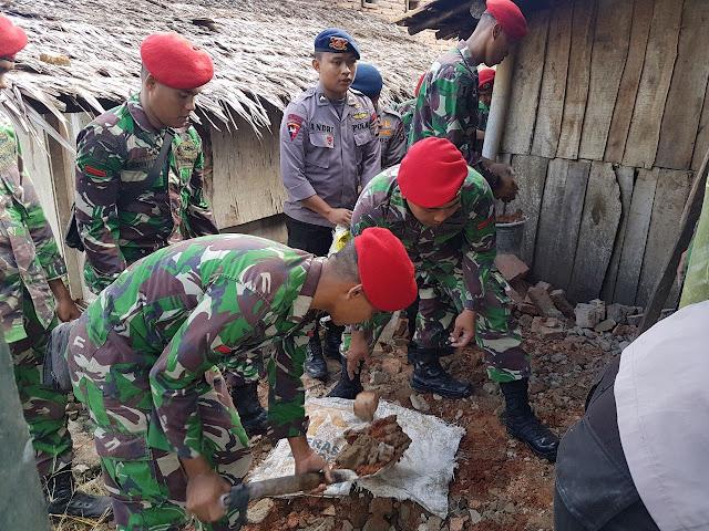 Kopassus Bagikan Bantuan Sembako Korban Gempa di Lebak
