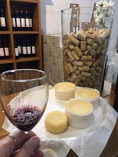 taça de vinho com queijo de azeitão