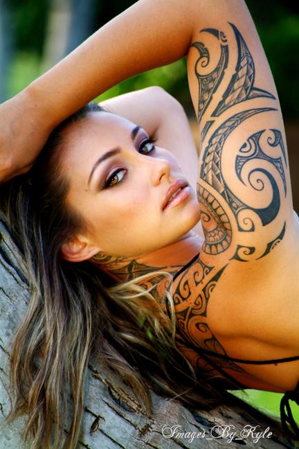 chica con tatuaje maori en el brazo