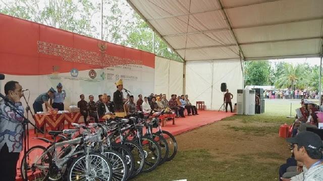 Jokowi Bawa Sepeda, Padahal Rakyat Butuh Beras