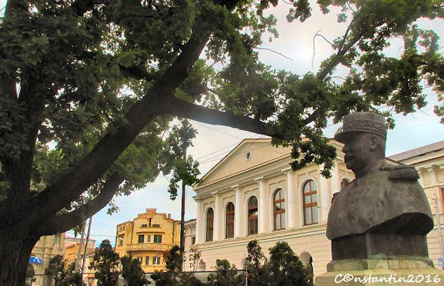 Bustul generalului Bethelot si stejarul sãu pe strada Cuza Vodã - blog FOTO-IDEEA