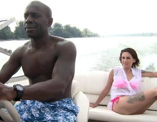 หนุ่มก้านยาวพาสาวมาเยสบนเรือ