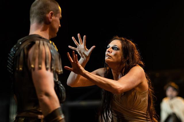 La actriz sorda Charlotte Arrowsmith en la obra de teatro Troilo y Crésida