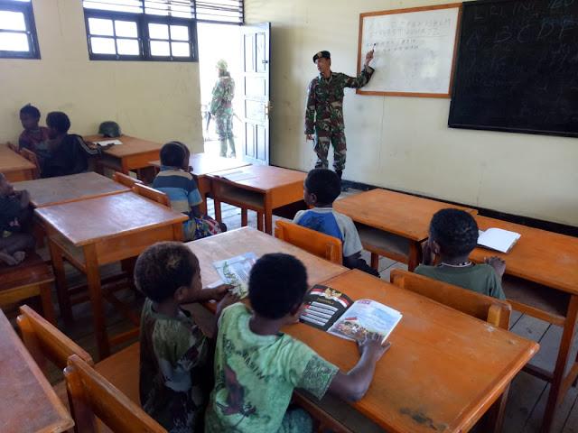 Peduli Pendidikan, Satgas Yonif MR 412 Kostrad Bantu Mengajar di Puncak Jaya