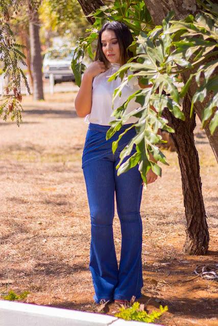 Calça Jeans Flare e Blusa com Gola de Laço