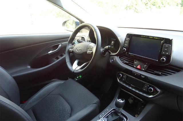 Innenraum mit Fahrersitz, DCT Getriebe, Navi im Hyundaii30