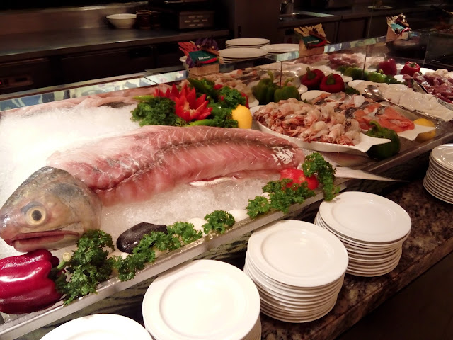 Ikan salmon segar turut disediakan