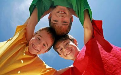 هذا ما يدل عليه ترتيب طفلك في الأسرة بحسب العلم , اطفال يشكلون دائرة متعانقون kids children hugging each other playing