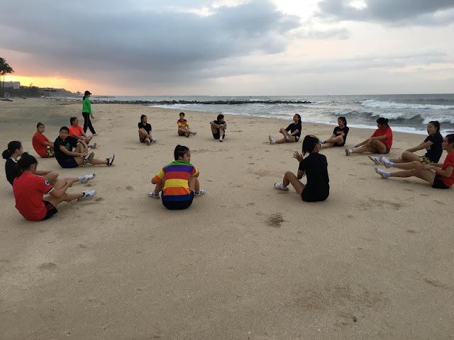 Các cô gái Bình Điền Long An rèn luyện trên biển Phan Thiết