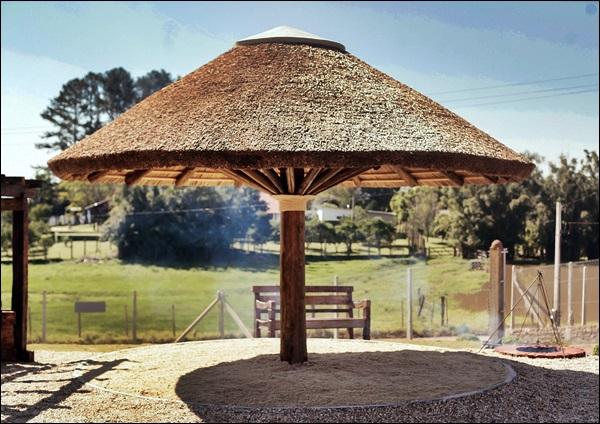 quiosque de madeira redondo e telhado de palha