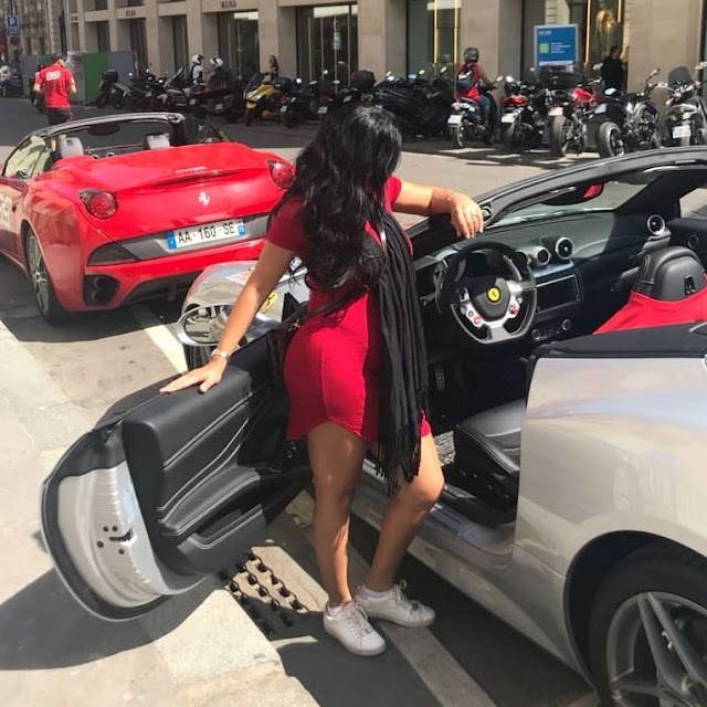 رانيا يوسف تستعرض جمالها بفستان احمر قصير ام سيارتها الفراري