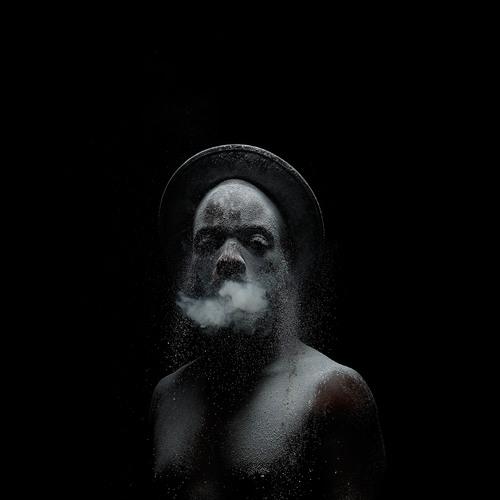 Proyecto Metamorphosis (2015) por Mohau Modisakeng | hombre humo y polvo en claroscuro | bonitas fotos cool