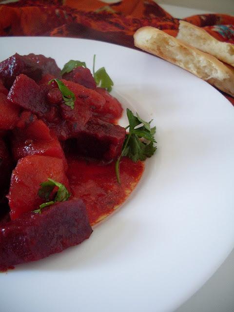 Ukusno jelo indijske kuhinje kari od cvekle