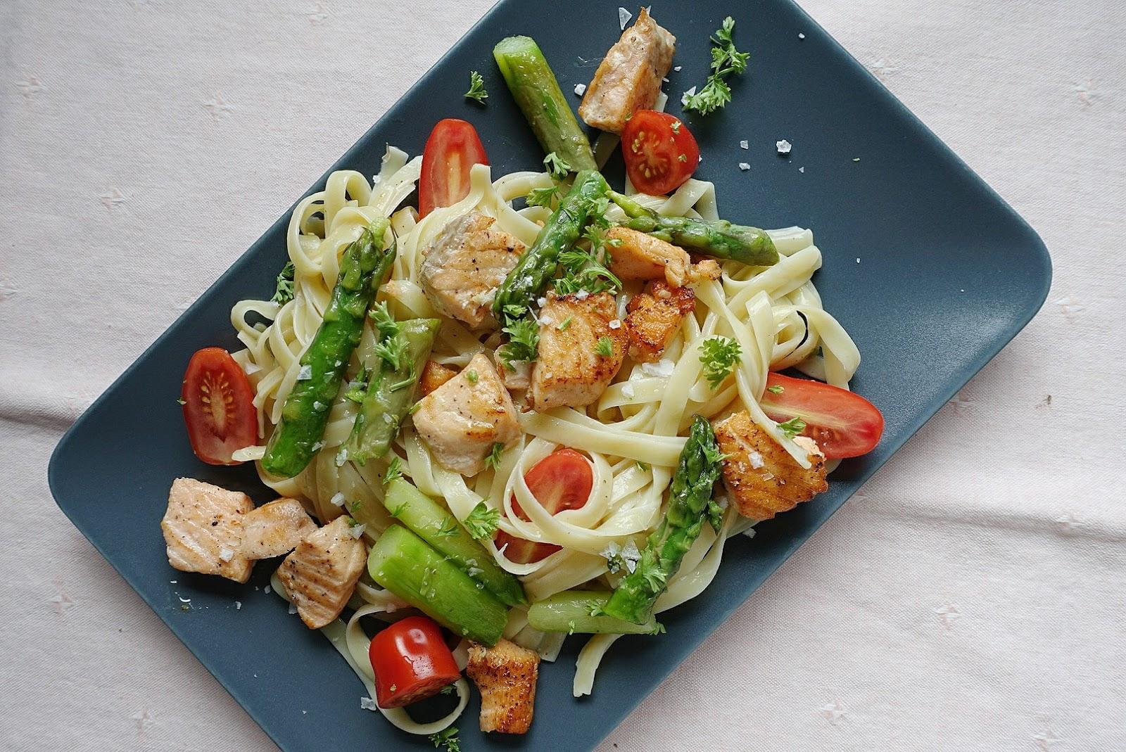 Bandnudeln mit Lachs, Tomaten und grünem Spargel, zubereitet in weniger als 20  Minuten | judetta.de