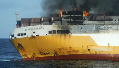 Kapal yang membawa ribuan mobil terbakar