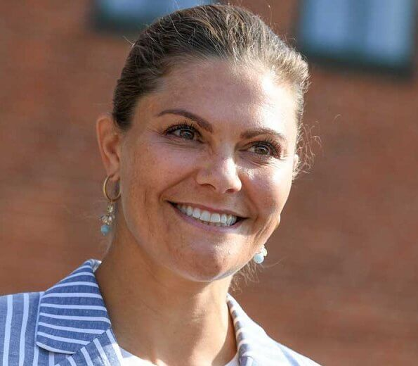 Crown Princess Victoria wore Lexington Kavaj frida linen blazer, Rizzo Altea pumps, a white trousers, diamond earrings