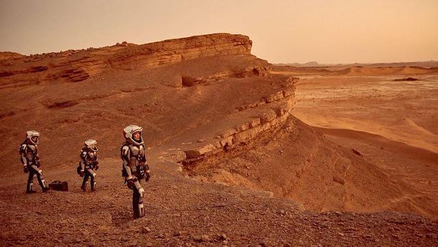 Phi hành đoàn của tàu Daedalus đang dạo bước trên hành tinh đỏ.