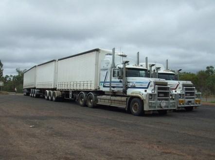 dua truk gandeng besar