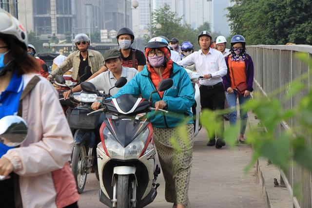Lạ lùng cảnh hàng trăm người dắt xe máy ngược chiều đối phó CSGT ở Hà Nội 2
