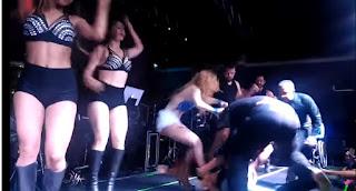 Fã invade palco e derruba a cantora Joelma; veja vídeo