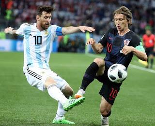 ميسى يخرج عن شعوره ويضرب مدافع منتخب كرواتيا إيفان سترينيتش