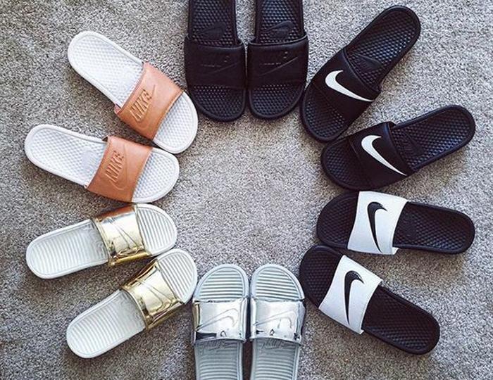 eee0ffe4ed A sandália slide muito usada nos anos 90 (quem nunca teve uma rider ) está  de volta nesse verão! Na verdade o modelo se tornou trend em 2014