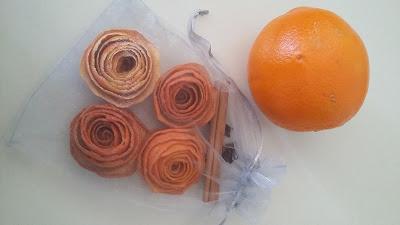 Bolsita de organza con flores de naranja, clavo y canela para los armarios