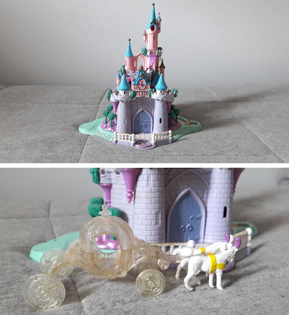castelinho miniatura de frente, com carruagem da Cinderella