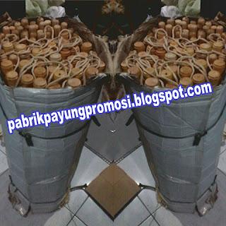 Pabrik Pusat Grosir Payung Surabaya Melakukan Packing Pesanan