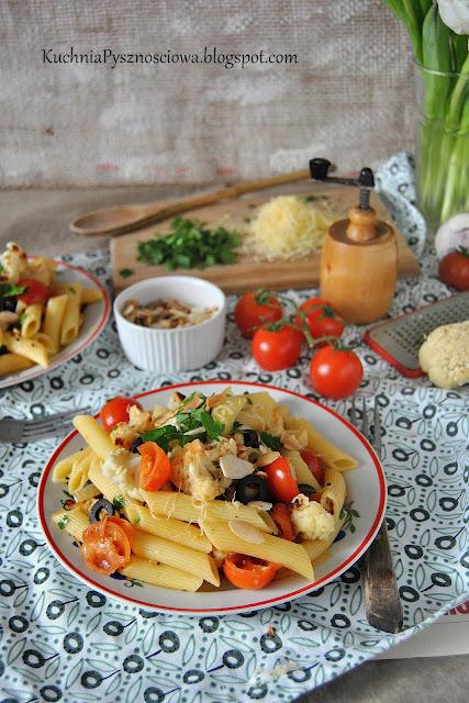 487. Makaron penne z pieczonym kalafiorem, pomidorami i migdałami
